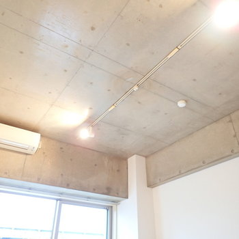 天井はライティングレール!(※写真は3階の同間取り別部屋のものです)
