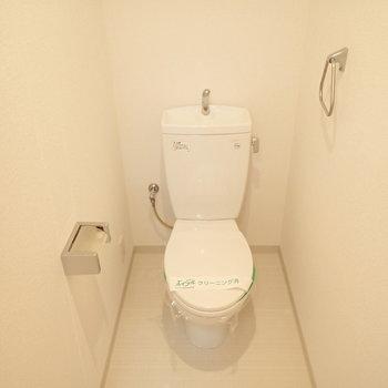 シンプルなトイレ空間。(※写真は3階の同間取り別部屋のものです)