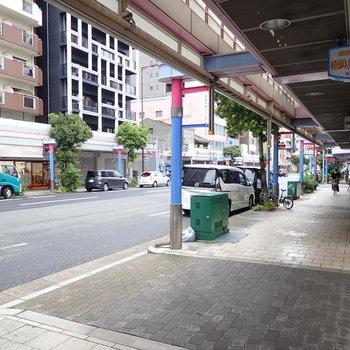 【周辺環境】先ほどのお店のような、なつかしい日本のおもちゃのお店などが集まっている商店街!