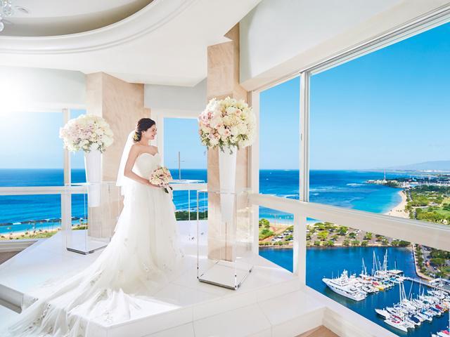 049c5471ba973 プリンスワイキキホテルの最上階(33階)に位置し、「喜びの空」を意味するラニレアチャペル。扉を開いた瞬間の景色はまさに絶景。祭壇に立つと新郎新婦の姿が空 と海と ...