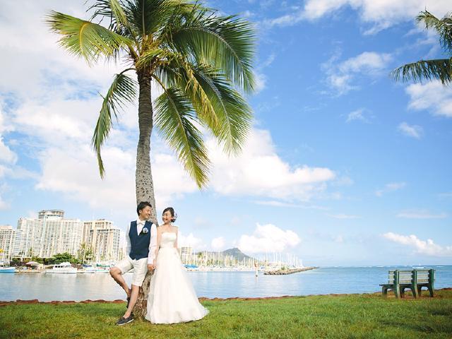 14839bf674fde ハワイの青い空と海をバックにマジックアイランドでビーチ撮影ができるプリンセス・ビーチフォトプラン!牧師&ウクレレの演奏を付けて、ハワイウェディングスタイルの  ...