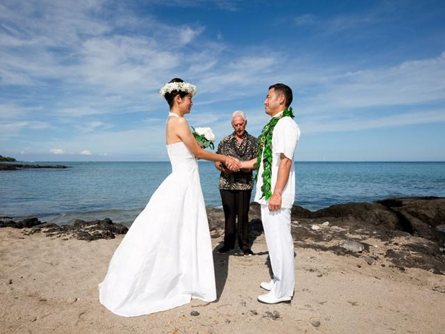 675ed8f06a849 大人数の賑やかな式よりも2人きりで落ち着いた式をしたいというお2人へ。ハワイの伝統的な正装、ハワイアンホロクとアロハを身にまといビーチで愛を誓います。