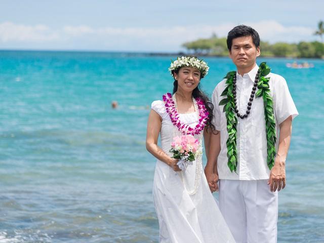 0766905b4eff7 ハワイ伝統の婚礼衣装ホロクとアロハシャツに着替え、ご滞在ホテルのビーチやオーシャンサイドでの記念撮影をお楽しみください。素敵な思い出の1ページに是非!