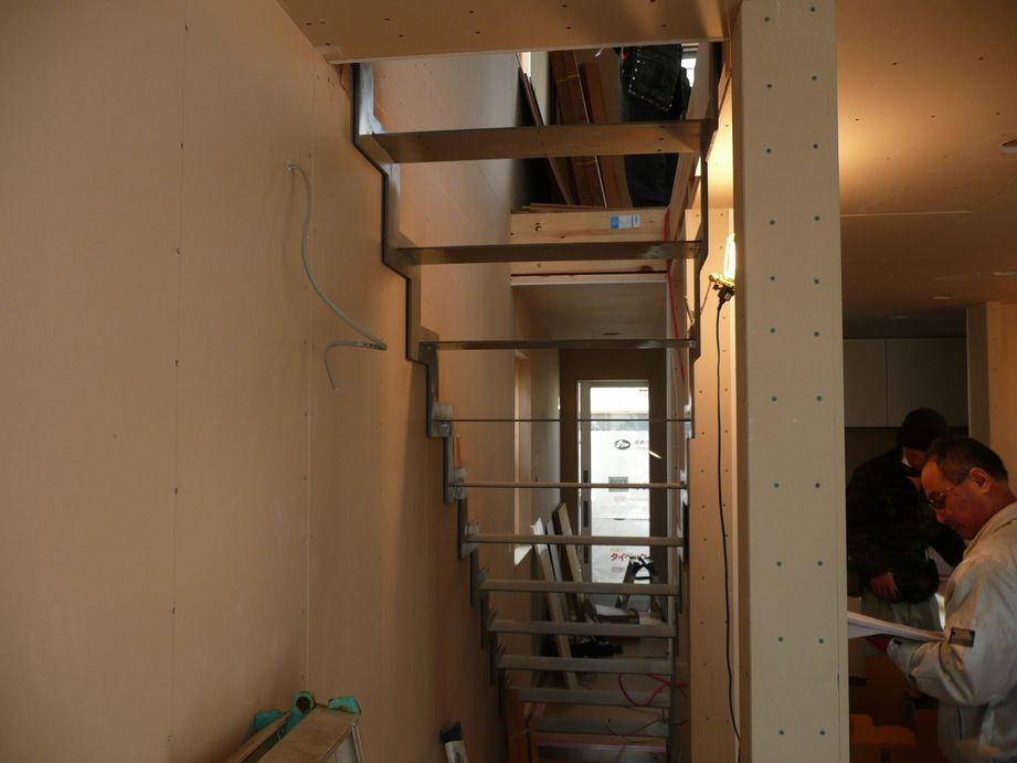 「中央の家」鉄骨階段がつきました