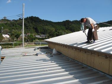 緩勾配の屋根を葺く