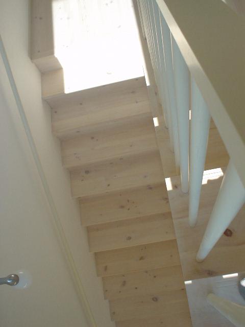 無垢材を加工した階段材