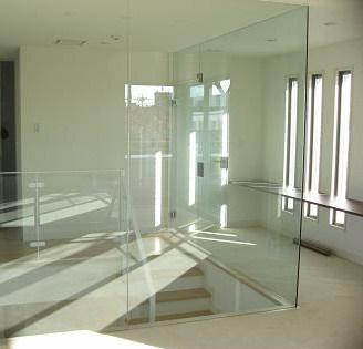 ガラスの壁