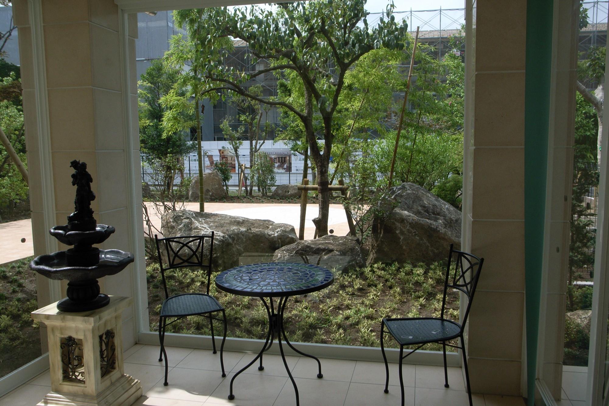 風徐室から、和の庭を眺める