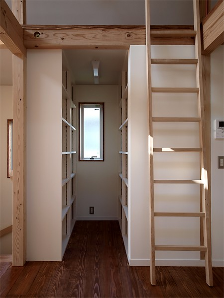 密集地の西向きの家:Ritoh(リト)-11:小さな家に必須「納戸」