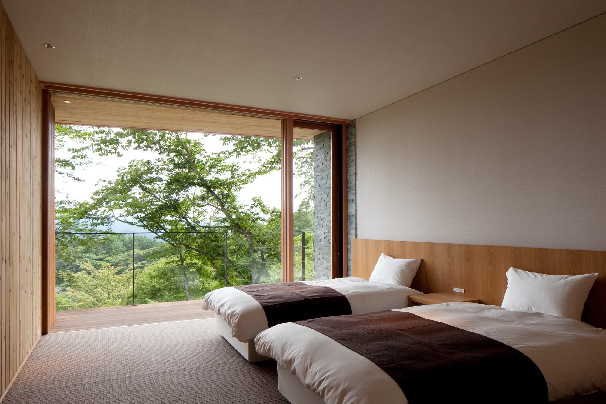 景色をすべて取り込む寝室。