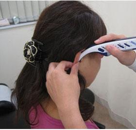 オリキュロセラピー 耳介の神経反射ポイントを微弱電流で調整