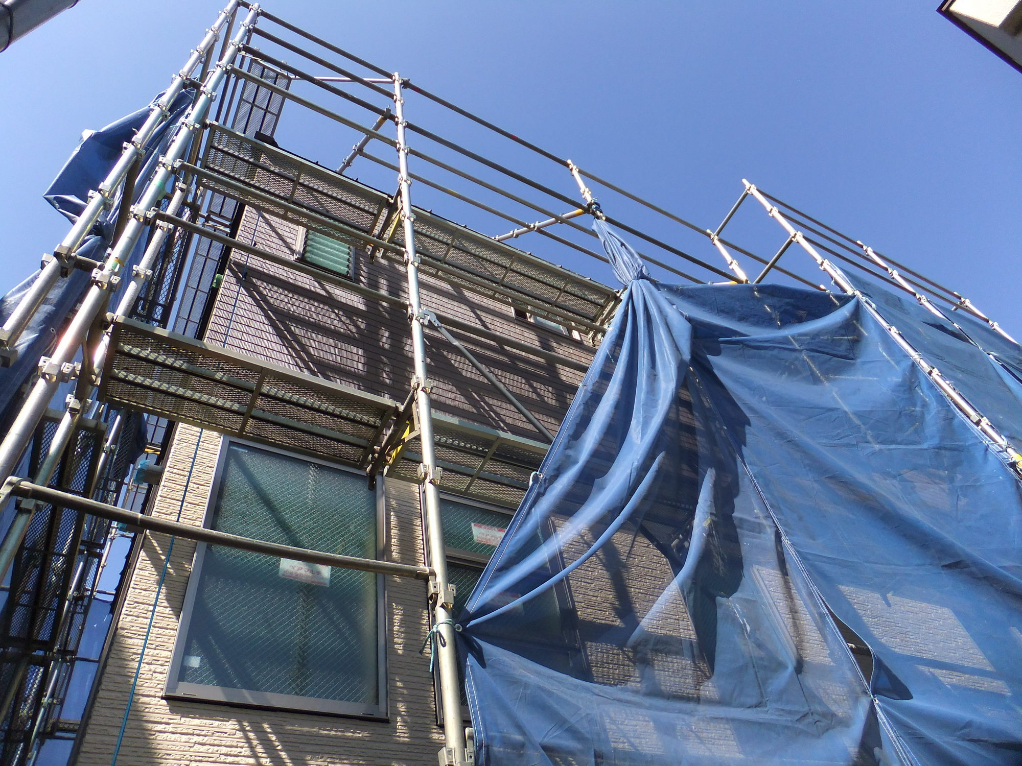 年末完成予定のアパートの外観が見えてきました。