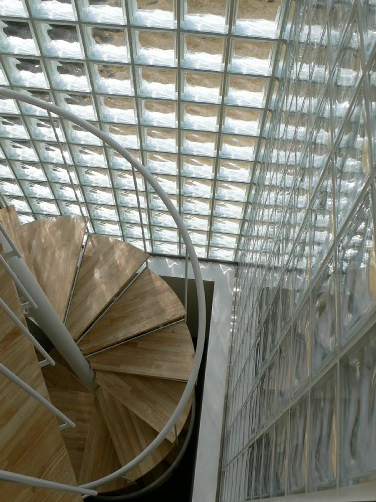 ゆらめく光の中の螺旋階段