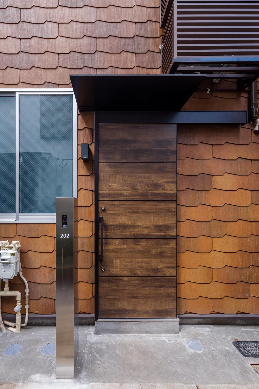 可愛らしく屋根材を壁に使った外観デザイン