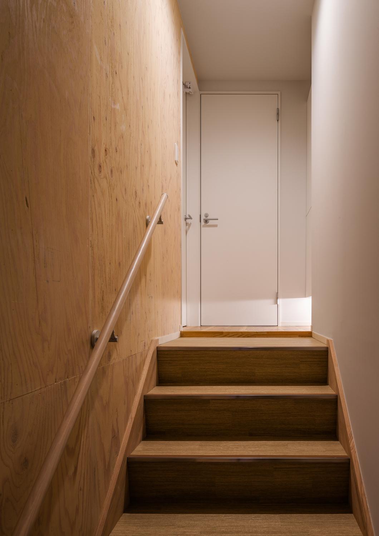 足元から光の入る、木の階段
