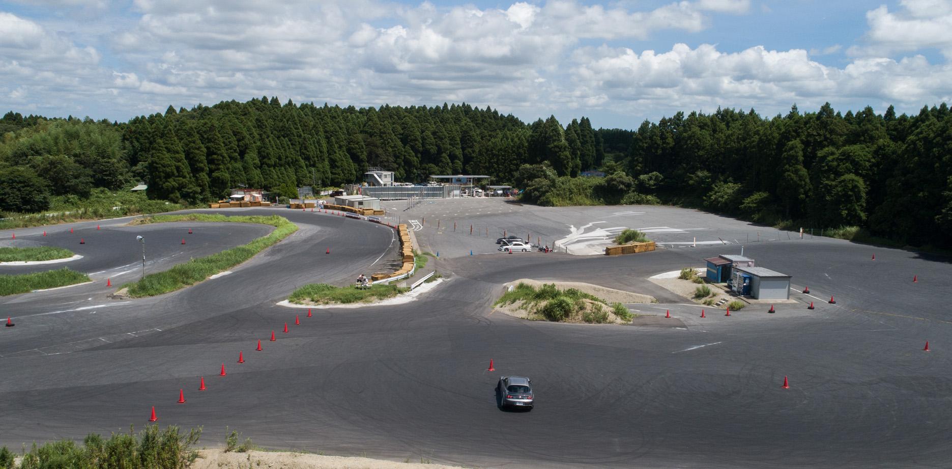 サーキット施設を利用したドライビング・危機回避レッスン