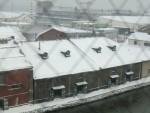 雪に覆われる小樽の運河倉庫街