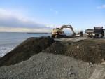 繰り返される災害に対応する海岸線の埋め立て工事?