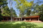 建物は芝生の庭をL字で囲み、自然を楽しむ構成