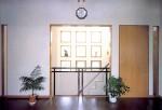 平塚の家 2階リビング/西側階段吹き抜け方向を見る