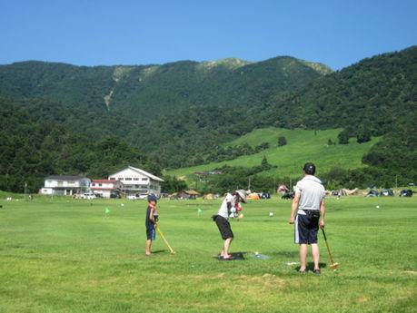 マキノ高原キャンプ場でグラウンドゴルフをしている人の写真