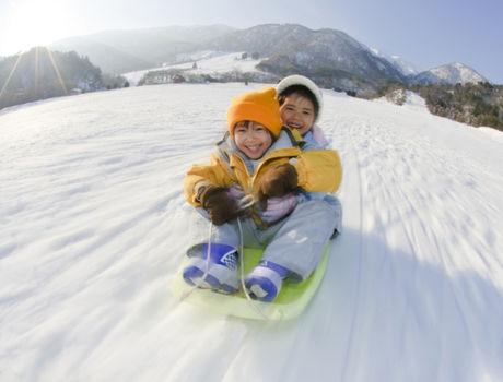 マキノ高原キャンプ場でスキーを楽しんでいる子供達の写真