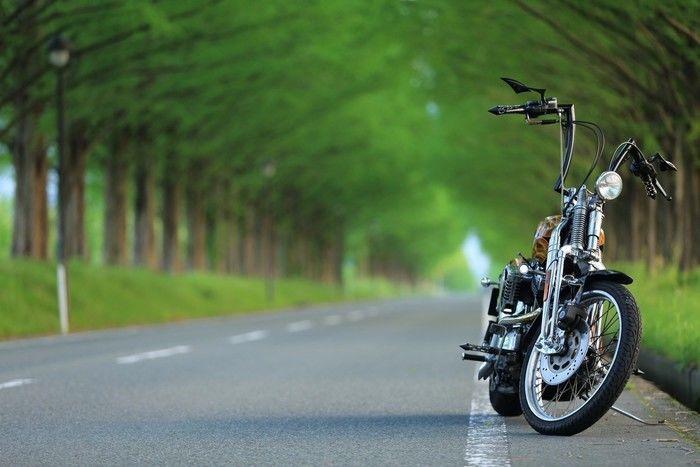 山道に止まっているバイクの写真