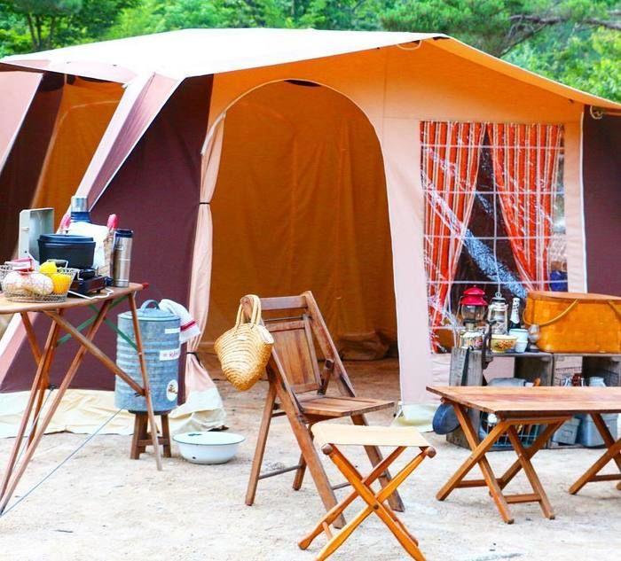 キャンプの様子、テントとイス、テーブルなど