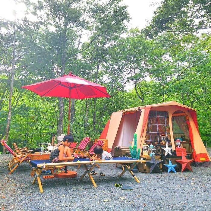 キャンプで子どもたちが遊んでいる様子