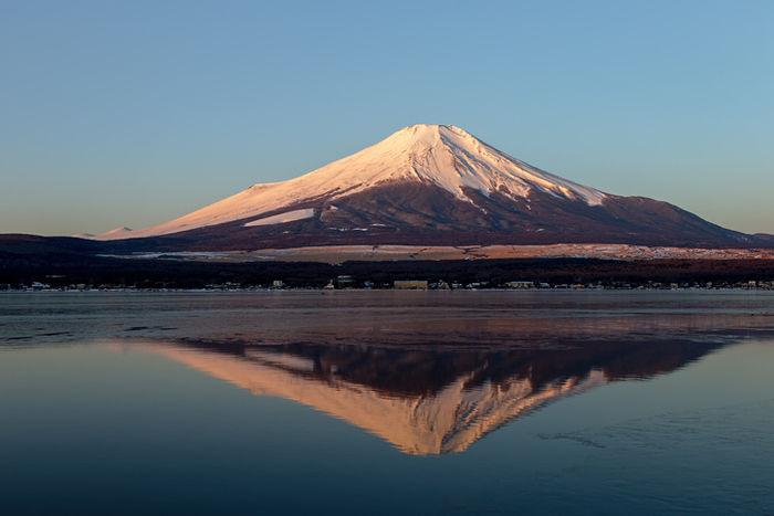 富士山と、湖に映る逆さ富士