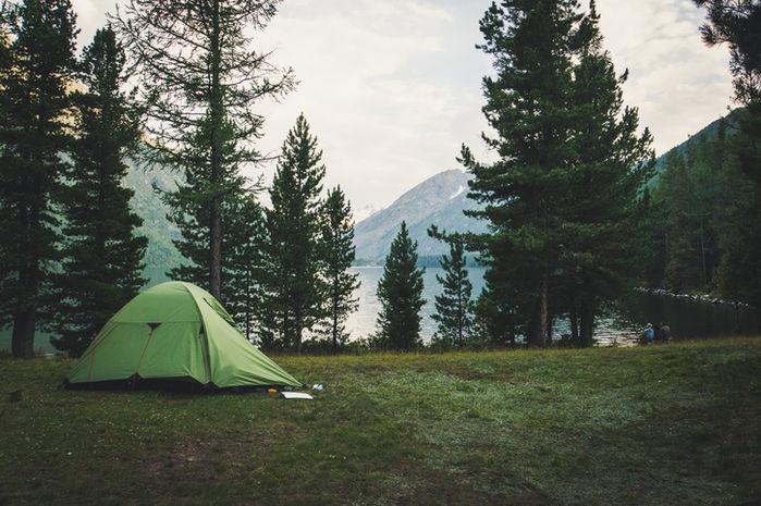 湖畔でキャンプしている様子