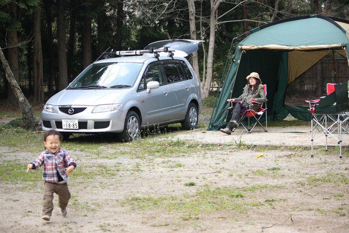 家族でキャンプをしている様子の写真