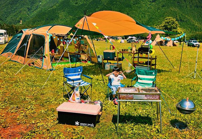 キャンプで子供がイスに座っている様子