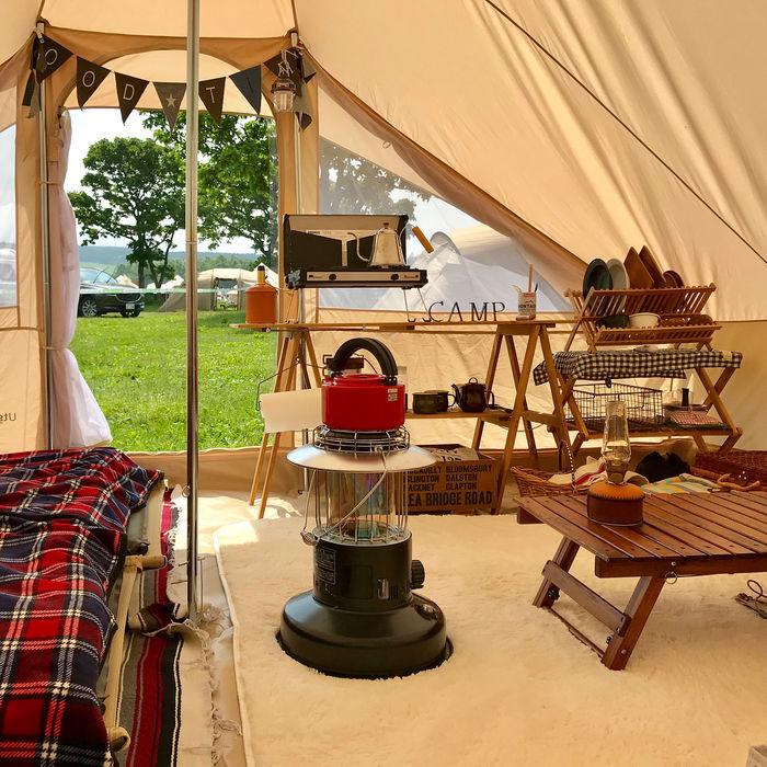 キャンプのテント内の様子