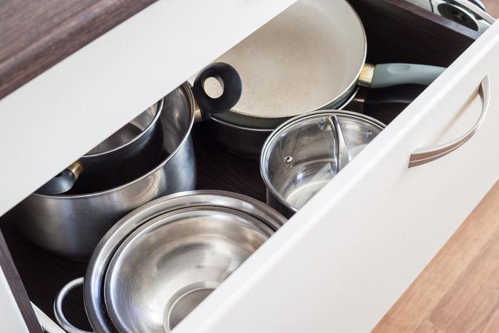 収納ボックスに入っている食器