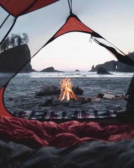 テント前での焚き火