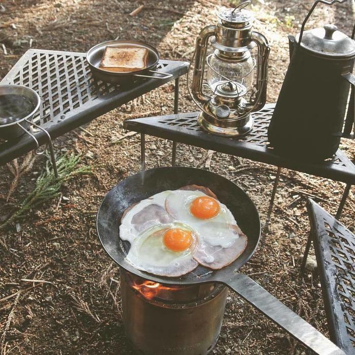 キャンプで目玉焼きを作っている様子