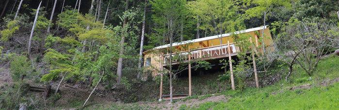 山の中にあるグランピングスポットの写真