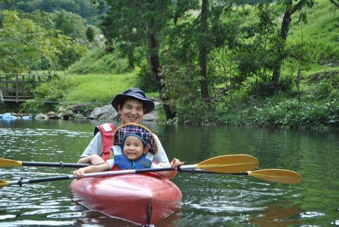 カヌーを楽しむ親子