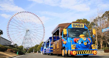 葛西臨海公園内を走るバスと観覧車