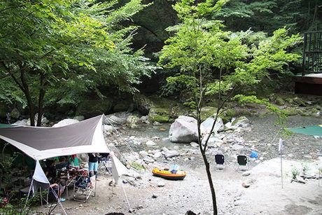 入川渓谷夕暮キャンプ場の川沿いに貼ってあるテント
