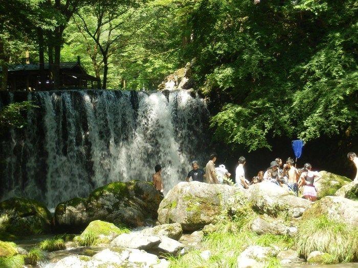 滝が流れているキャンプ場