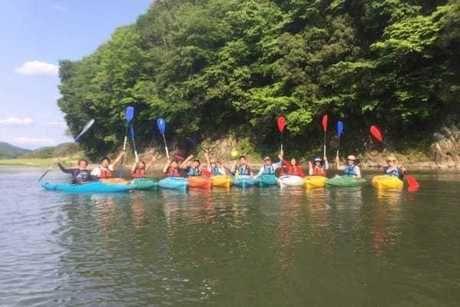 オートキャンプ那珂川ステーションの川でカヌーをしている人たちの写真