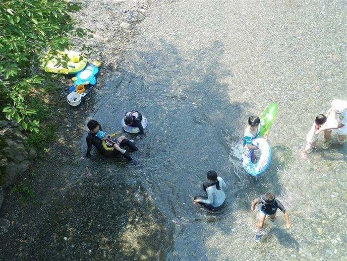 川で遊んでいる子供たちの写真