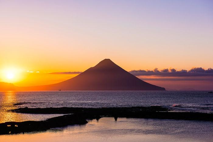 海の向こうに見える開聞岳