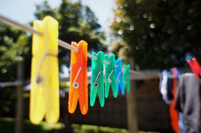 洗濯バサミが吊るされてある写真