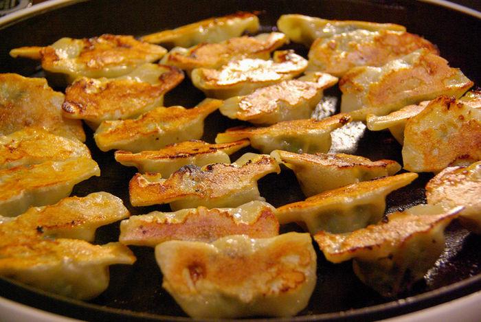 羽根つき焼き餃子の写真