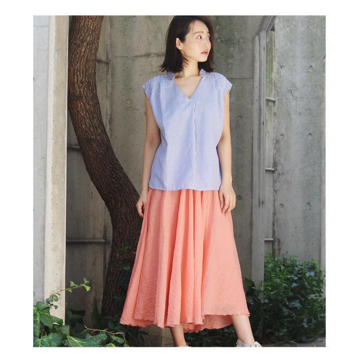 ロングスカートを履いている女性