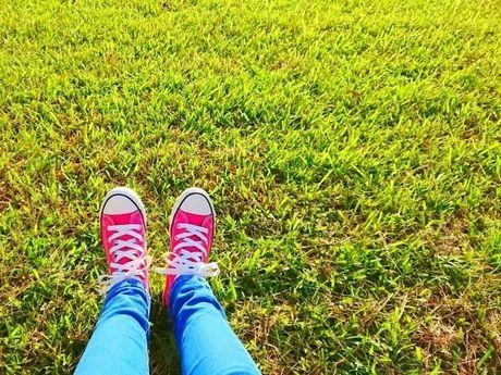 芝生の上に投げだされた足