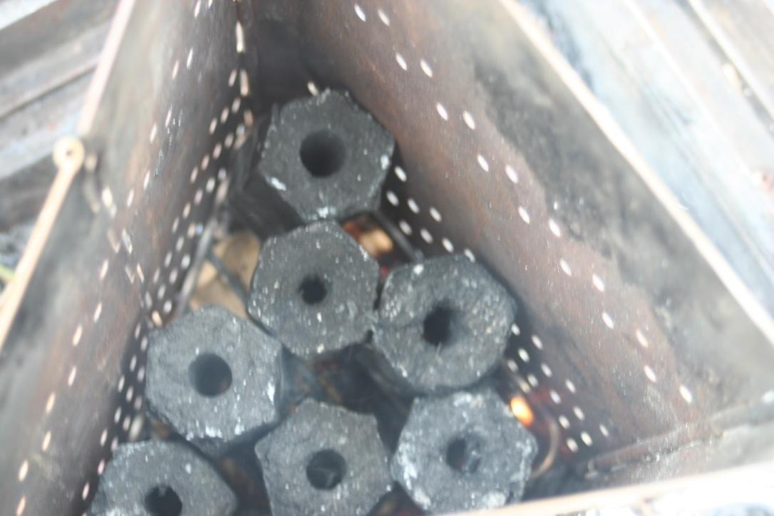 チャコスタに炭をセットしている写真です。